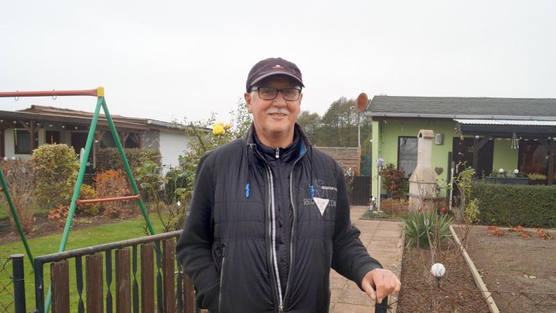 Wolfgang Schönfeld, Vorsitzender des Ortsverbands der Gartenfreunde, steht in seiner Parzelle. Foto: Christian Bark/dpa-Zentralbild/ZB