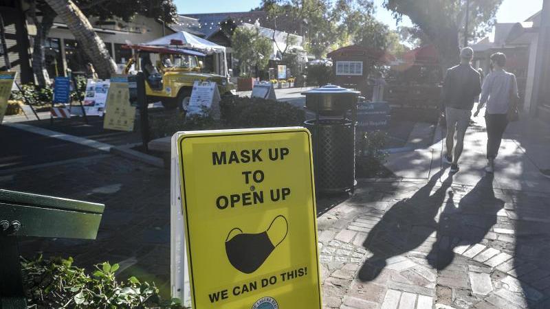 Ein Schild weist Besucher der Forest Avenue in Kalifornien darauf hin, eine Maske zu tragen. Foto: Jeff Gritchen/Orange County Register/ZUMA/dpa