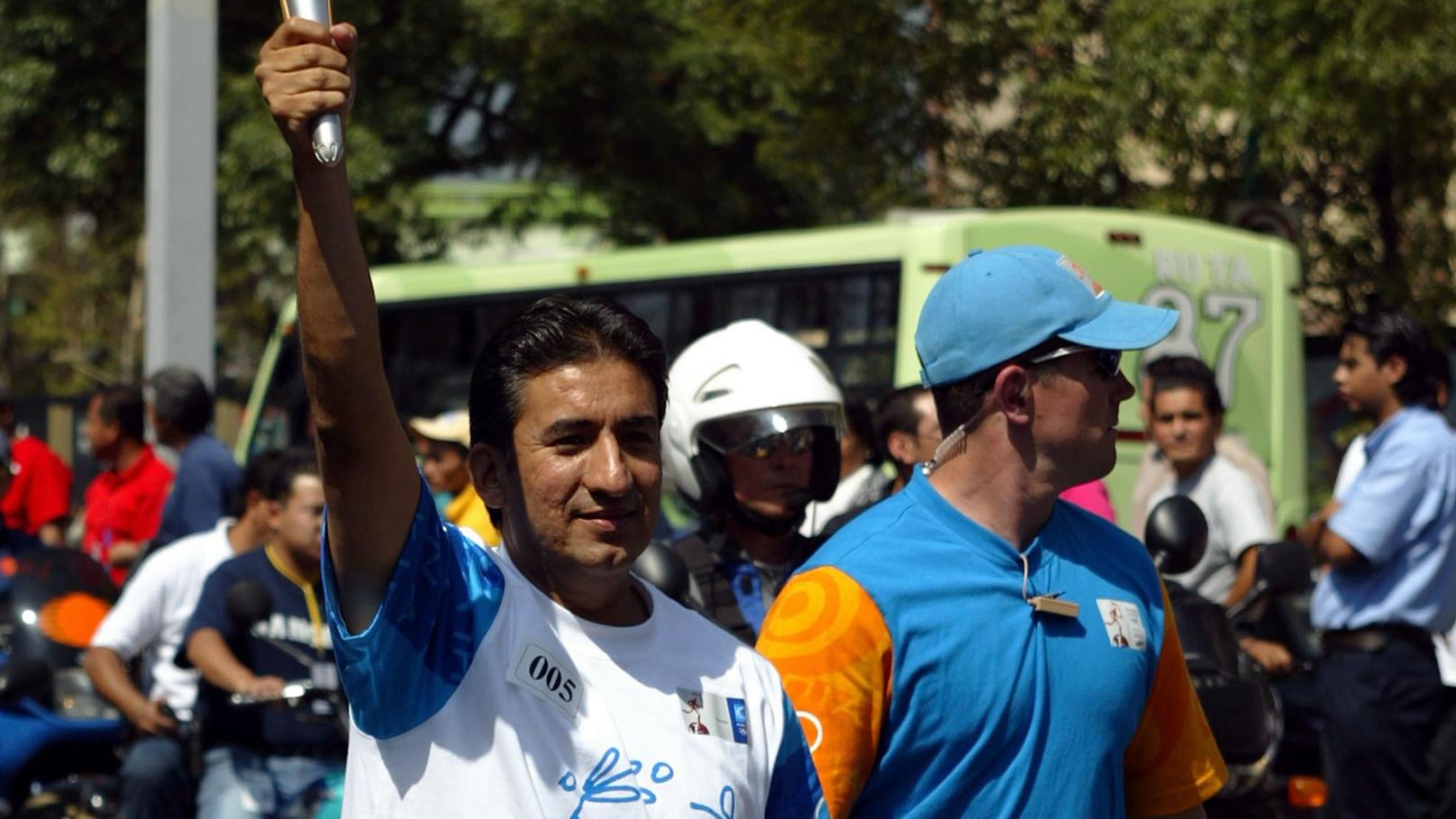 Ernesto Canto trägt bei den Olympischen Spielen in Athen 2004 die Fackel. (Archivfoto)