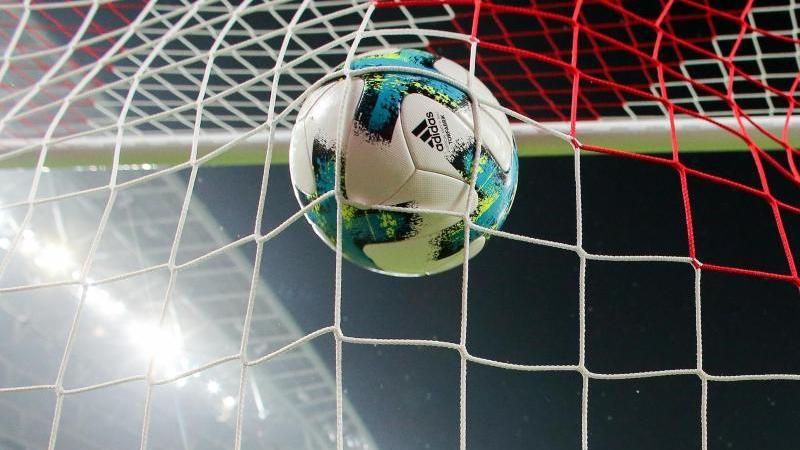 Ein Ball fliegt ins Tornetz. Foto: Jan Woitas/dpa-Zentralbild/dpa/Archivbild