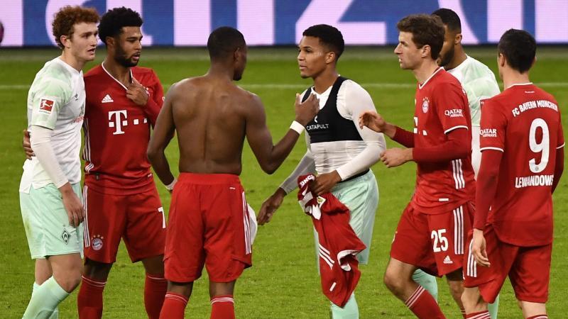 Spieler beider Mannschaften geben sich nach dem Spiel die Hand. Foto: Lukas Barth/epa/Pool/dpa