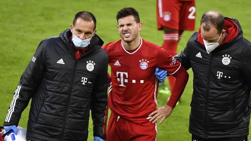 Bayerns Lucas Hernandez geht verletzt vom Platz. Foto: Lukas Barth/epa/Pool/dpa/Archivbild