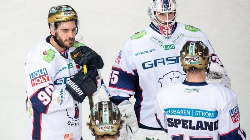 Constantin Braun (l) nach der Niederlage gegen München neben Goalie Mathias Niederberger von Berlin. Foto: Matthias Balk/dpa