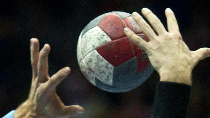 Spieler versuchen und denBall zu kommen. Foto: Jens Wolf/dpa-Zentralbild/dpa/Archivbild