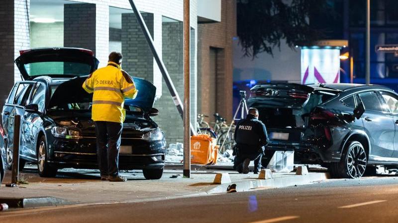 Zwei zerstörte PKW stehen nach einem Unfall im Frankfurter Ostend. Foto: Silas Stein/dpa