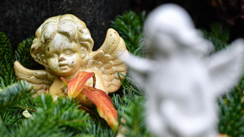 Ein kleiner Engel auf einem Grab, aufgenommen auf dem Hauptfriedhof. Foto: Patrick Pleul/dpa-Zentralbild/dpa/Archivbild