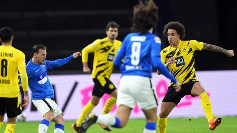 Vladimir Darida (2.v.l) von Hertha versucht sich gegen Axel Witsel (r) von Dortmund durchzusetzen. Foto: Soeren Stache/dpa-Zentralbild/dpa