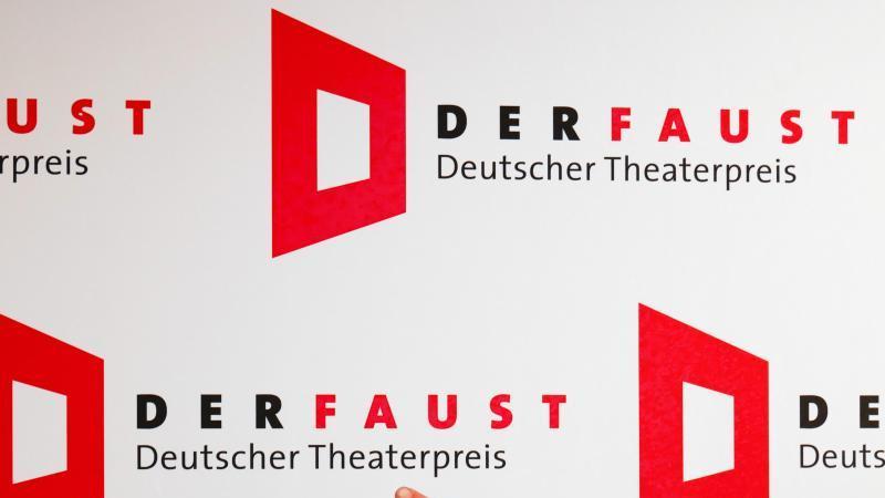 """Das Logo mit dem Schriftzug """"Deutscher Theaterpreis - Der Faust"""". Foto: Peter Endig/dpa-Zentralbild/dpa/Archivbild"""