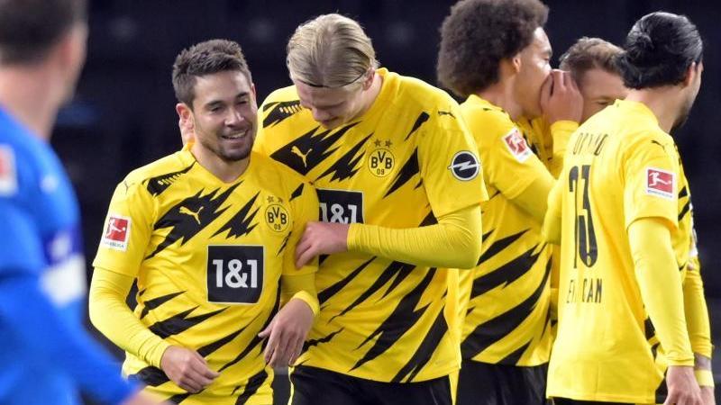 Dortmunds Raphael Guerreiro (l) jubelt nach seinem Treffer zum 4:1 mit Erling Haaland. Foto: Soeren Stache/dpa-Zentralbild/dpa