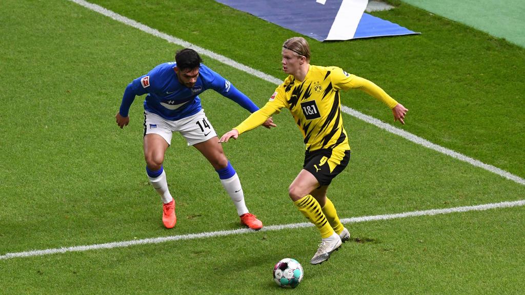 Fussball, Herren, 1. Bundesliga, Saison 2020/21, 8. Spieltag, Hertha BSC - Borussia Dortmund, v. l. Omar Alderete Hertha BSC, Erling Haaland Borussia Dortmund, 21.11. 2020, *** Football, men, 1 Bundesliga, season 2020 21, 8 matchday , Hertha BSC Bor