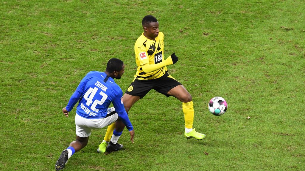 ussball, Herren, 1. Bundesliga, Saison 2020/21, (8. Spieltag), Hertha BSC - Borussia Dortmund, v. l. Deyovaisio Zeefuik (Hertha BSC), Youssoufa Moukoko (Borussia Dortmund), 21.11. 2020,