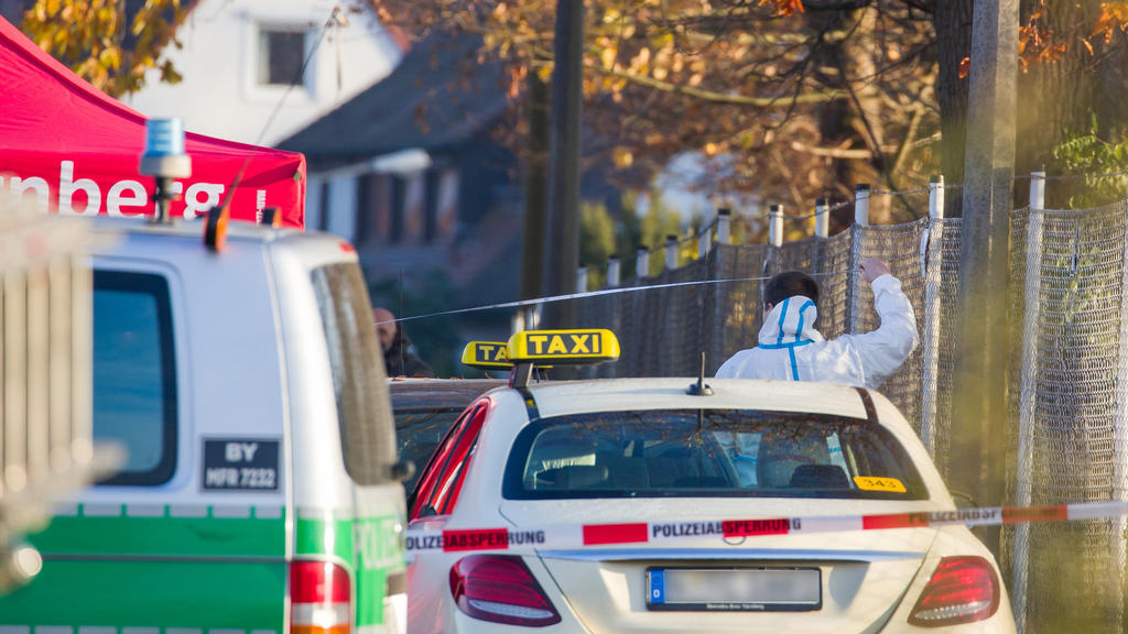 21.11.2020, Bayern, Nürnberg: Ein Mitarbeiter der Spurensicherung arbeitet an einem Tatort auf einer Straße, in der zuvor zwei Menschen erschossen wurden. Wie eine Polizeisprecherin sagte, wurde ein Tatverdächtiger festgenommen. Hinweise auf einen te