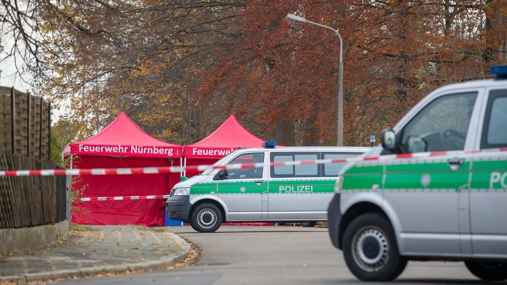 21.11.2020, Bayern, Nürnberg: Polizisten bewachen die Zufahrt einer Straße, in der zuvor zwei Menschen erschossen wurden. Wie eine Polizeisprecherin sagte, wurde ein Tatverdächtiger festgenommen. Hinweise auf einen terroristischen Hintergrund lägen n