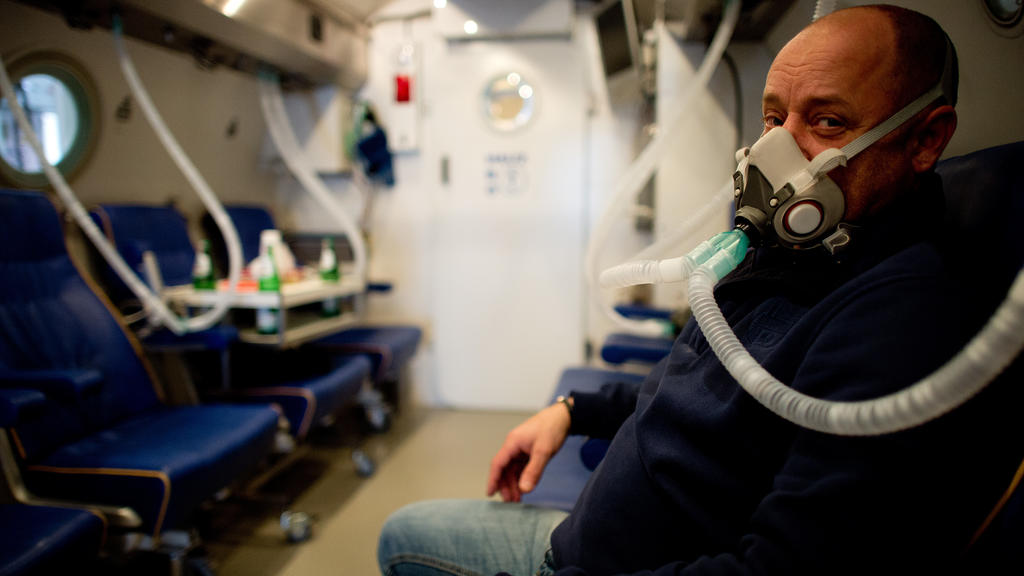 Der technische Leiter der hyperbaren Sauerstofftherapie in der Uni-Klinik Düsseldorf, Karsten Krispin, sitzt in einer Druckkammer zur sogenannten hyperbaren Sauerstofftherapie (HBO). Foto: Archiv