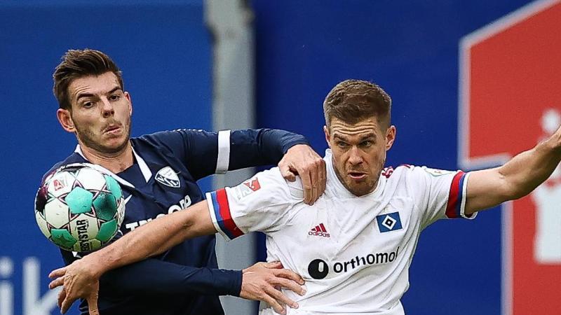 Hamburgs Simon Terodde (r) und Bochums Maxim Leitsch im Zweikampf um den Ball. Foto: Christian Charisius/dpa