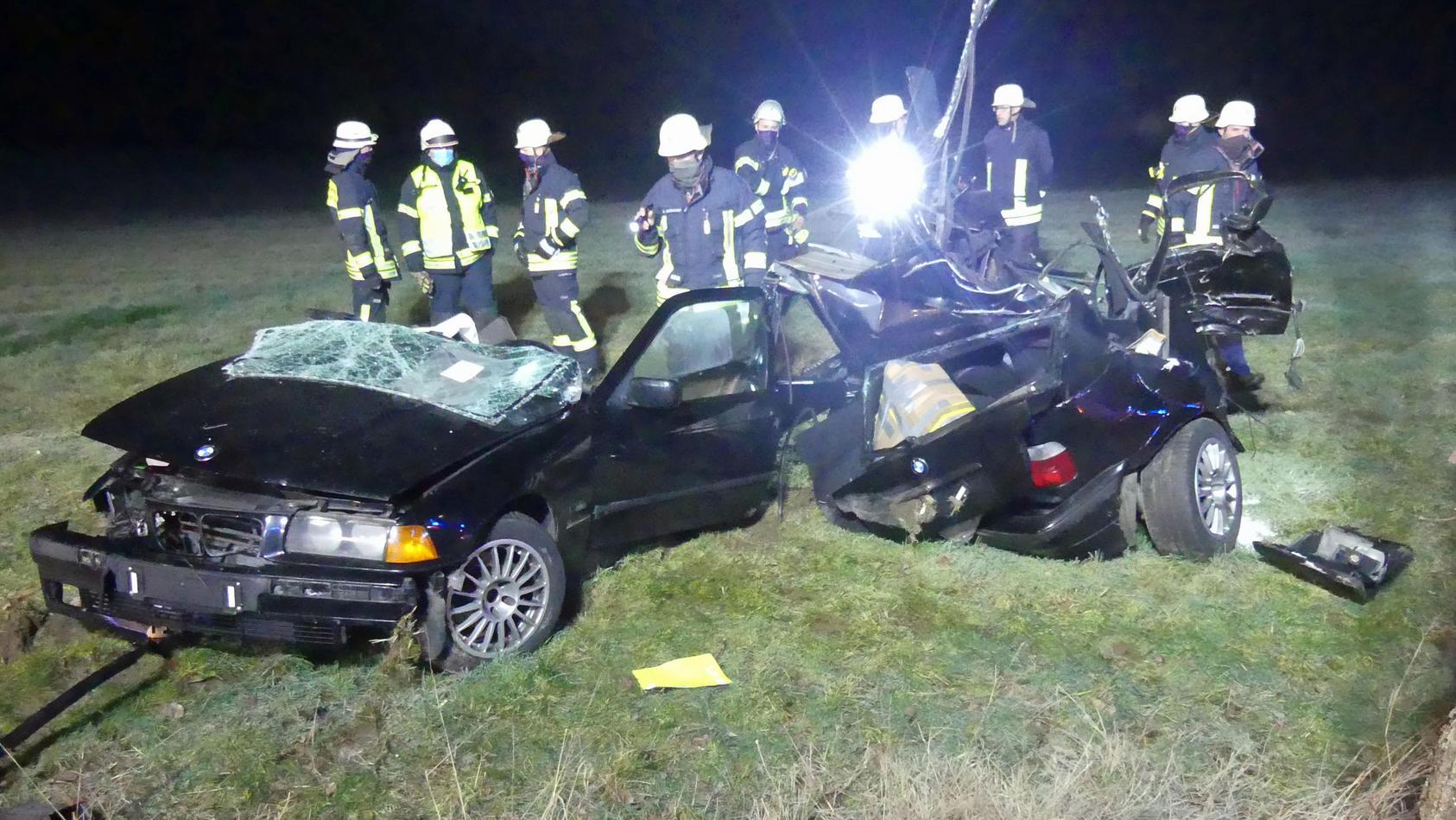 Auto wird bei Unfall in zwei Teile zerrissen