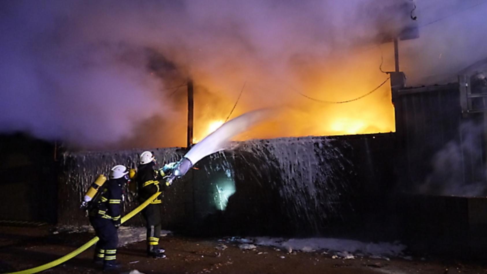 Feuerwehr löscht Brand an einem Hühnerstall in Lockstedt