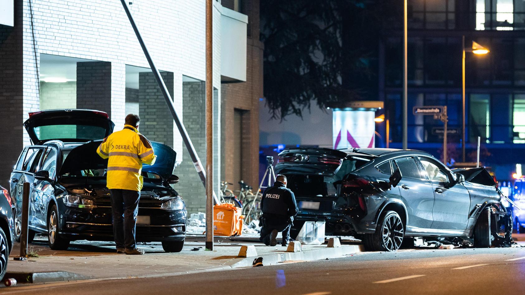 Bei dem Unfall in Frankfurt kamen zwei Menschen ums Leben, eine Frau wurde schwerverletzt.