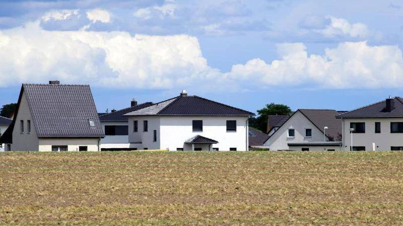 Angesichts von Corona-Beschränkungen und Homeoffice legen viele Menschen Wert auf mehr Wohnfläche. Gerade Immobilien im Umland sind daher stark begehrt. Foto: Soeren Stache/dpa-Zentralbild/ZB