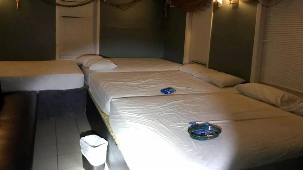 Diese Betten stehen in dem Swinger-Club.