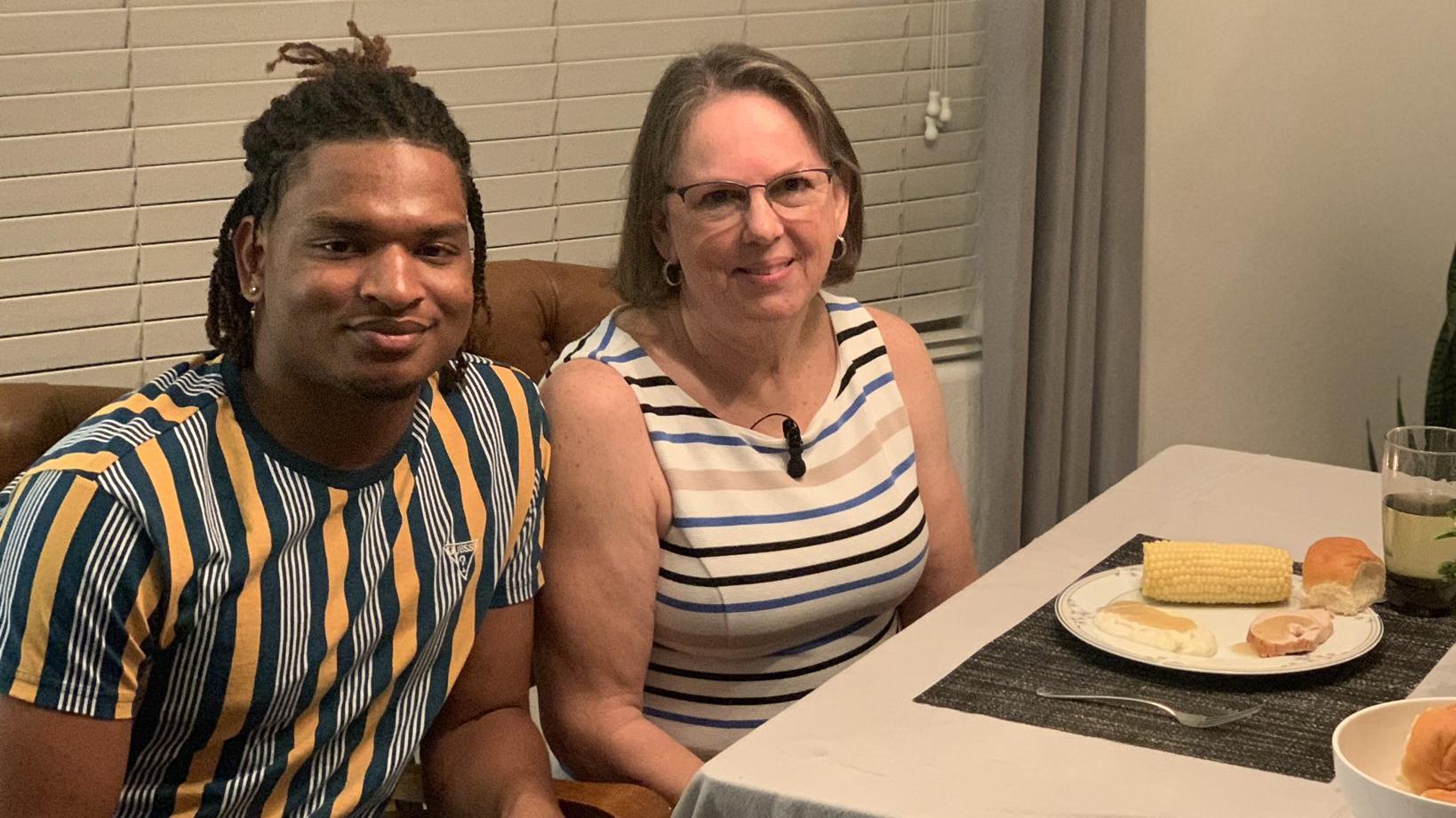 Seit 2016 feiert Wanda Dench gemeinsam mit Jamal Hinton Thanksgiving, dem sie vor vier Jahren versehentlich eine Einladung zum Fest geschickt hat.
