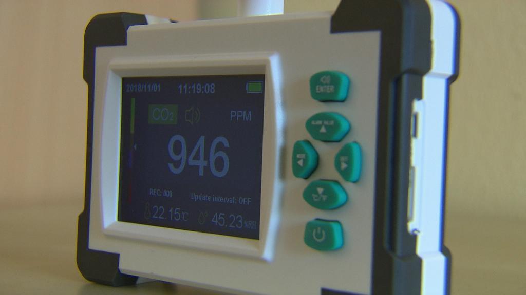 Mit einem CO2-Messgerät wird die Luftqualität im Klassenraum gemessen.