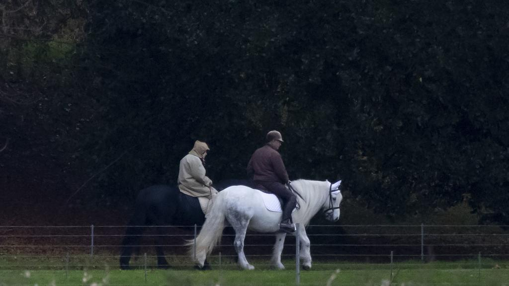 Queen Elizabeth II. und der königliche Stallmeister Terry Pendry beim Ausreiten auf dem Anwesen von Windsor Castle.