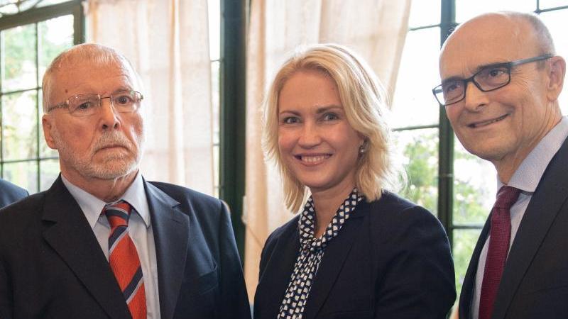 Harald Ringstorff (SPD, l-r) mit Manuela Schwesig (SPD) und Erwin Sellering (SPD). Foto: Rainer Jensen/dpa/Archivbild