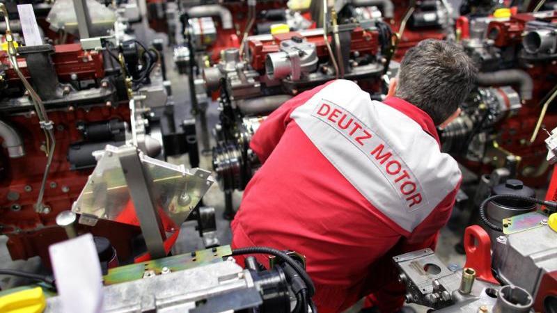 Ein Mitarbeiter der Deutz AG schraubt in Köln an einem Motor. Foto: Rolf Vennenbernd/dpa/Archivbild