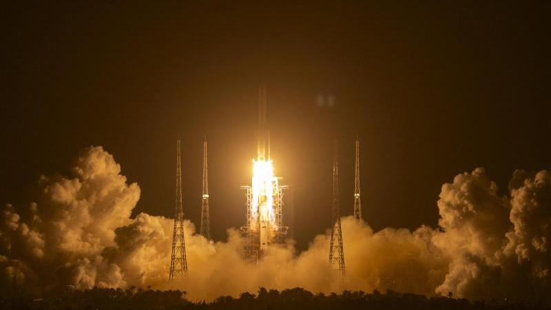 """Die Rakete vom Typ """"Langer Marsch 5"""" startet vom Wenchang Space Launch Center Richtung Mond. Foto: Mark Schiefelbein/AP/dpa"""