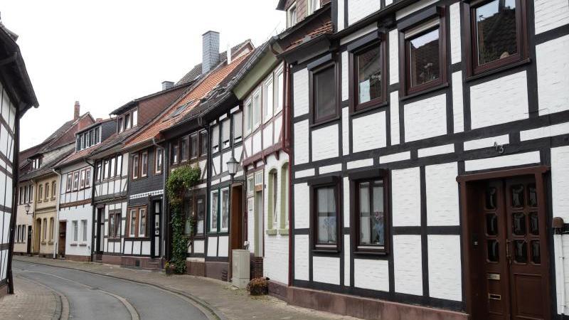 Eine Straße in der Einbecker Innenstadt, in der ein Briefkasten zerstört wurde. Foto: Swen Pförtner/dpa/Archivbild