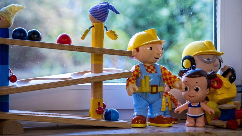 Spielzeug steht auf einer Fensterbank. Foto: Jens Büttner/dpa-Zentralbild/dpa/Archiv