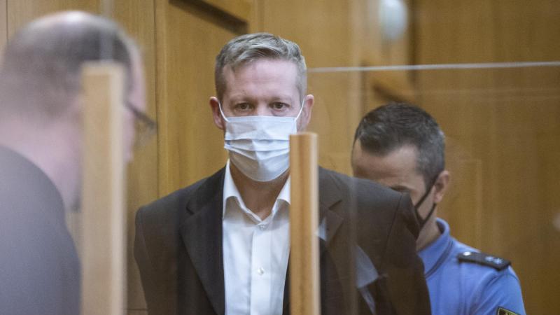 Der Hauptangeklagte im Mordfall Lübcke, Stephan Ernst (M), wird in den Verhandlungssaal geführt. Foto: Boris Roessler/dpa-Pool/dpa/Archiv