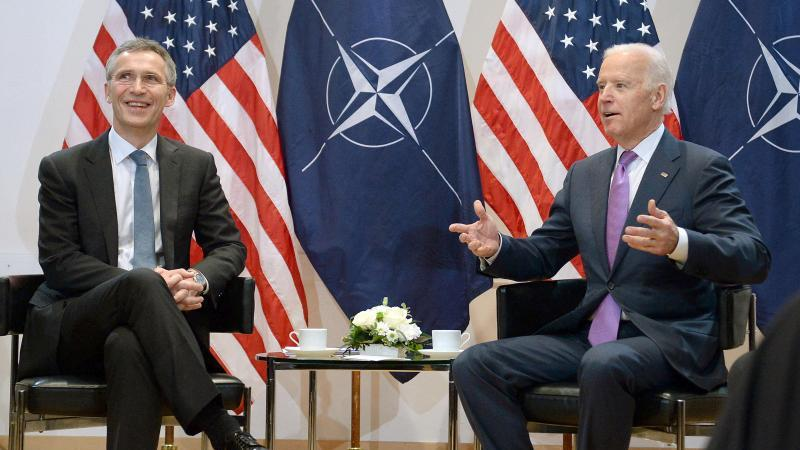 Nato-Generalsekretär Jens Stoltenberg (l) und der damalige US-Vizepräsident Joe Biden bei einem Treffen im Rahmen der 51. Münchener Sicherheitskonferenz im Februar 2015. Foto: picture alliance / dpa
