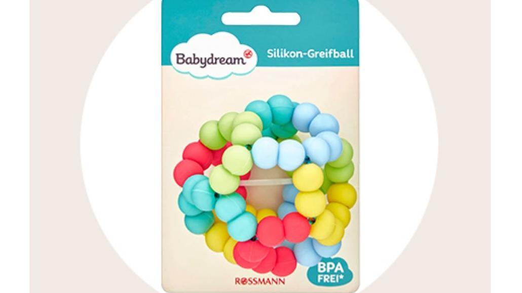 Rossmann kann nicht ausschließen, dass sich Kleinteile von dem zurückgerufenen Greifball lösen können.