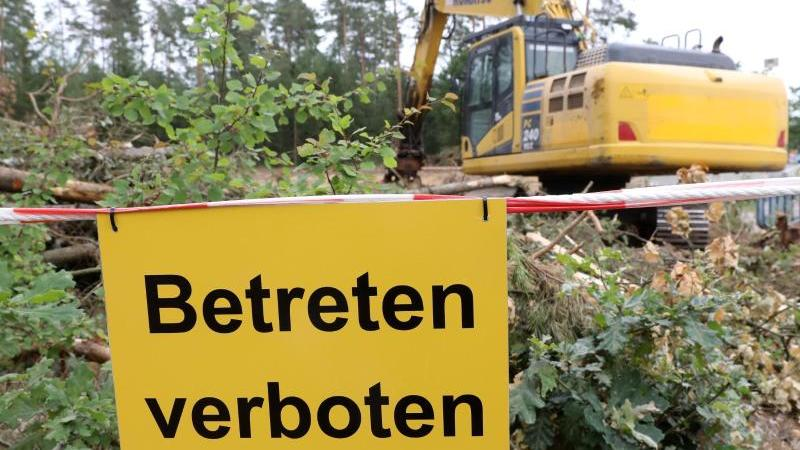 """An der abgesperrten Absturzstelle eines Eurofighters in einem Waldstück bei Nossentin steht auf einem """"Betreten verboten"""". Foto: Bernd Wüstneck/dpa/Archivbild"""