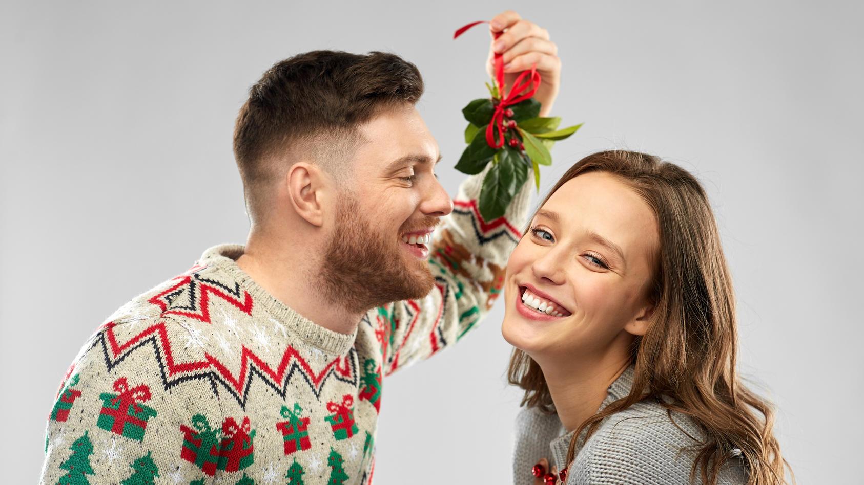 Der Kuss unter dem Mistelzweig gehört einfach zu Weihnachten dazu