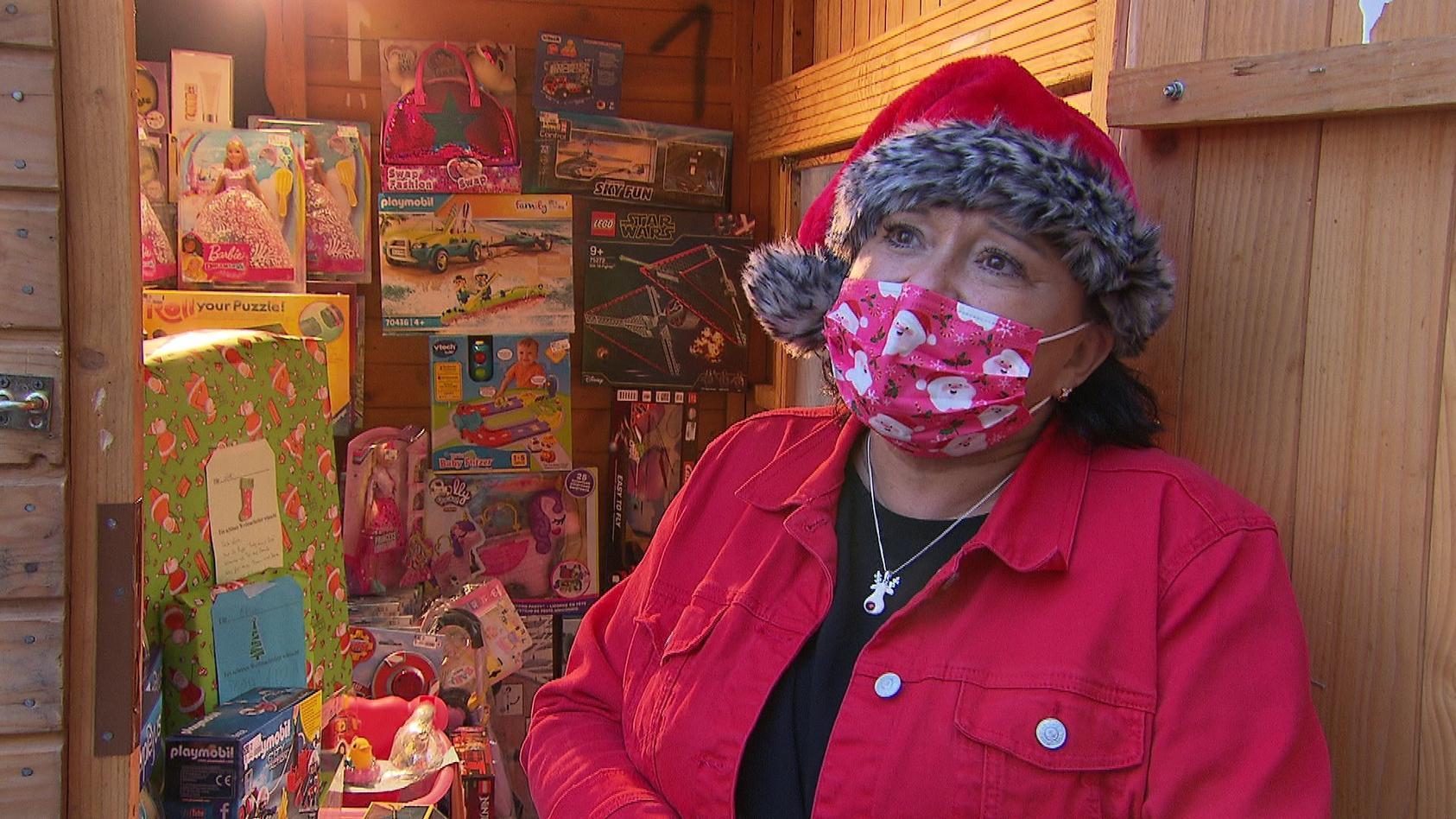 Sonja Palm aus Bad Homburg hat viele Geschenken für bedürftige  Kinder gesammelt und sucht Geschenkpaten