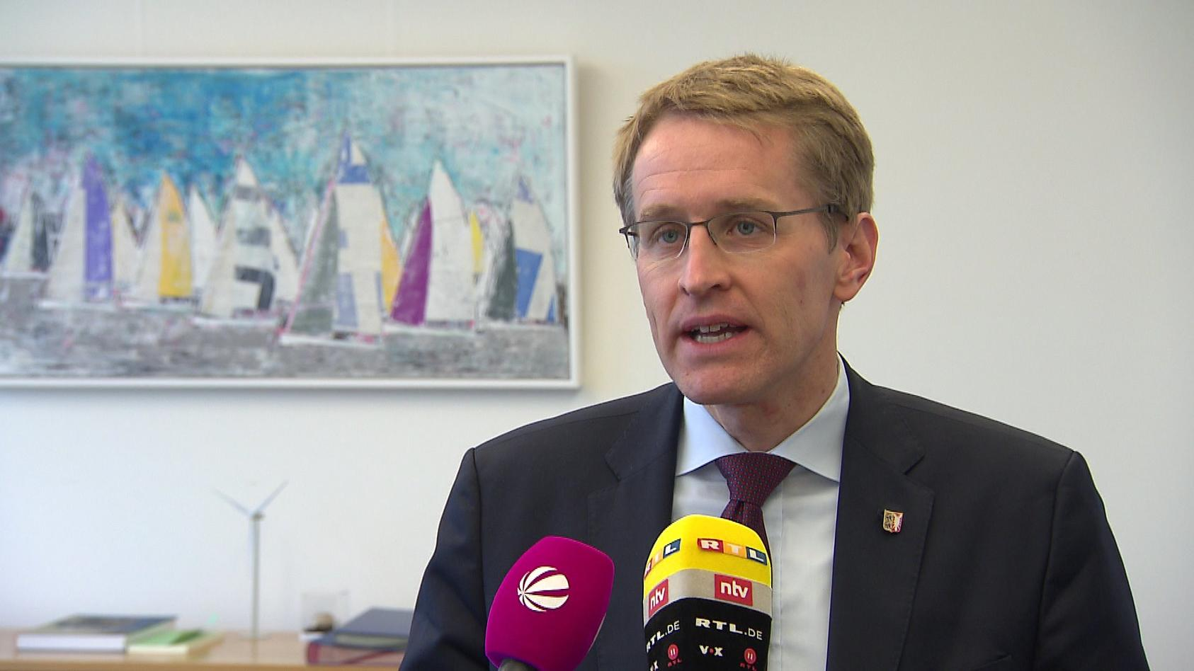 Ministerpräsident Daniel Günther (CDU) hält an den bisherigen Kontaktbeschränkungen in Schleswig-Holstein fest