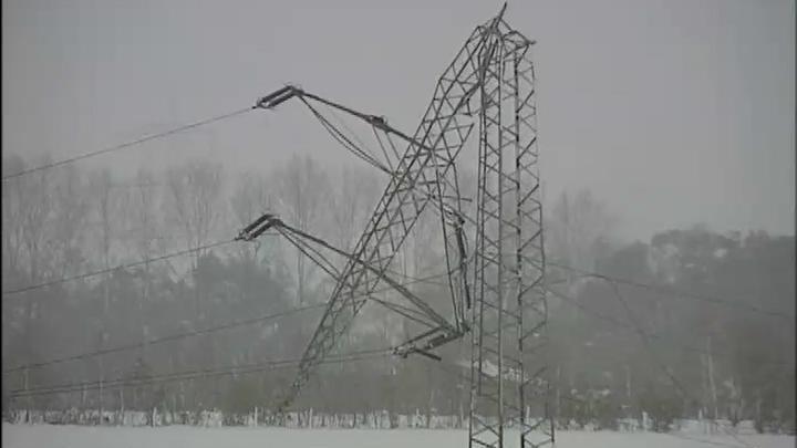 Umgeknickter Strommast in Borken - verursacht durch ungewöhnliche Schneemassen.