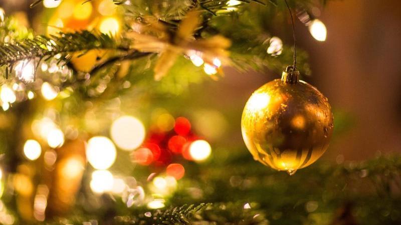 Selbst wenn es vor Weihnachten noch zu Corona-Lockerungen kommt, auf ein Fest in großer Runde müssen Familien wohl verzichten. Foto: Friso Gentsch/dpa
