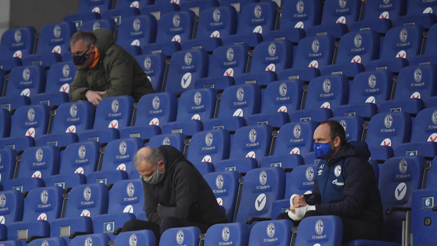 Versteinerte Minen am Spieltag sind die S04-Verantwortlichen mittlerweile gewohnt. Michael Reschke (oben links) kann sich den Gang ins Stadion künftig sparen. Jochen Schneider (Mitte) nicht.