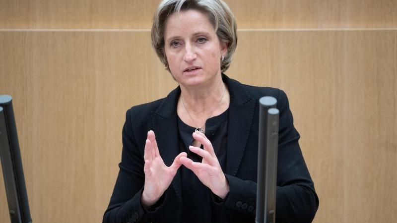 Baden-Württembergs Wirtschaftsministerin Nicole Hoffmeister-Kraut (CDU) spricht im Landtag. Foto: Marijan Murat/dpa/Archivbild