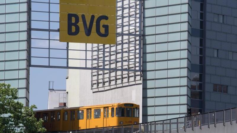 Eine U-Bahn fährt vor dem Bahnhof Möckernbrücke am Technikmuseum vorbei. Foto: Soeren Stache/dpa/Archivbild