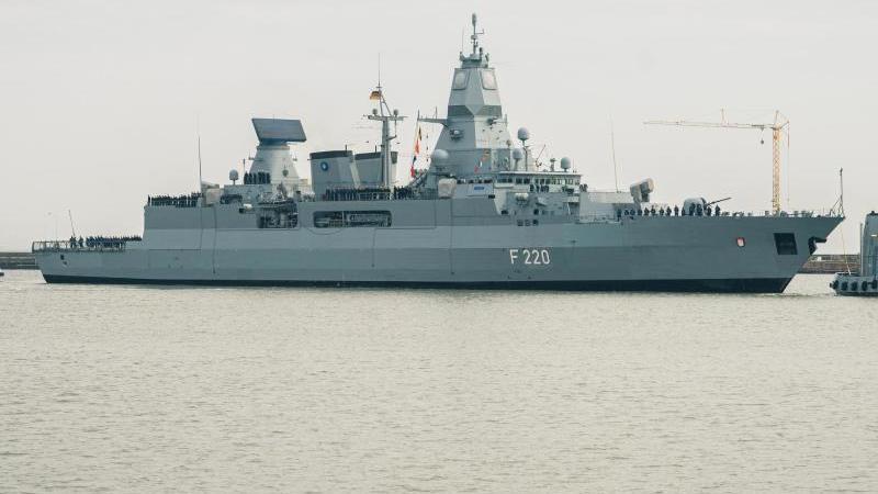 """Die Fregatte """"Hamburg"""" kehrt nach dem Einsatz im Mittelmeer wieder in den Heimathafen zum Marinestützpunkt Wilhelmshaven zurück. Foto: Mohssen Assanimoghaddam/dpa"""