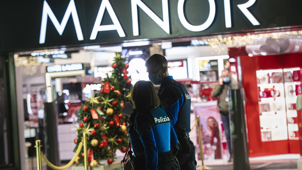 24.11.2020, Schweiz, Lugano: Polizisten gehen vor dem Kaufhaus Manor an der Piazza Dante im schweizerischen Kanton Tessin. Eine Frau hat heute in dem Warenhaus zwei Passantinnen mit einem Messer angegriffen. Die Bundesanwaltschaft geht von einem «mut