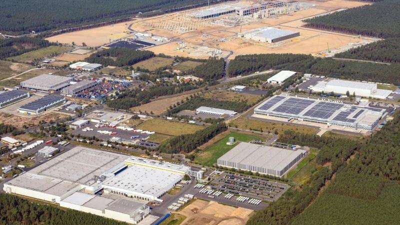 Luftaufnahme der künftigen Gigafactory Berlin-Brandenburg. Tesla-Chef Musk will das künftige Werk des Elektroauto-Herstellers bei Berlin auch zur weltgrößten Batteriefabrik machen. Foto: Soeren Stache/dpa-Zentralbild/dpa