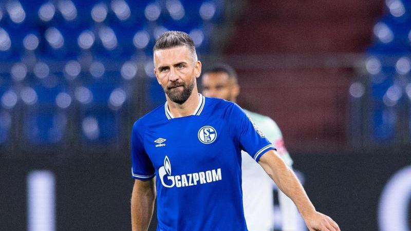 Spieler Vedad Ibisevic für Schalke am Ball. Foto: Guido Kirchner/dpa/Archivbild