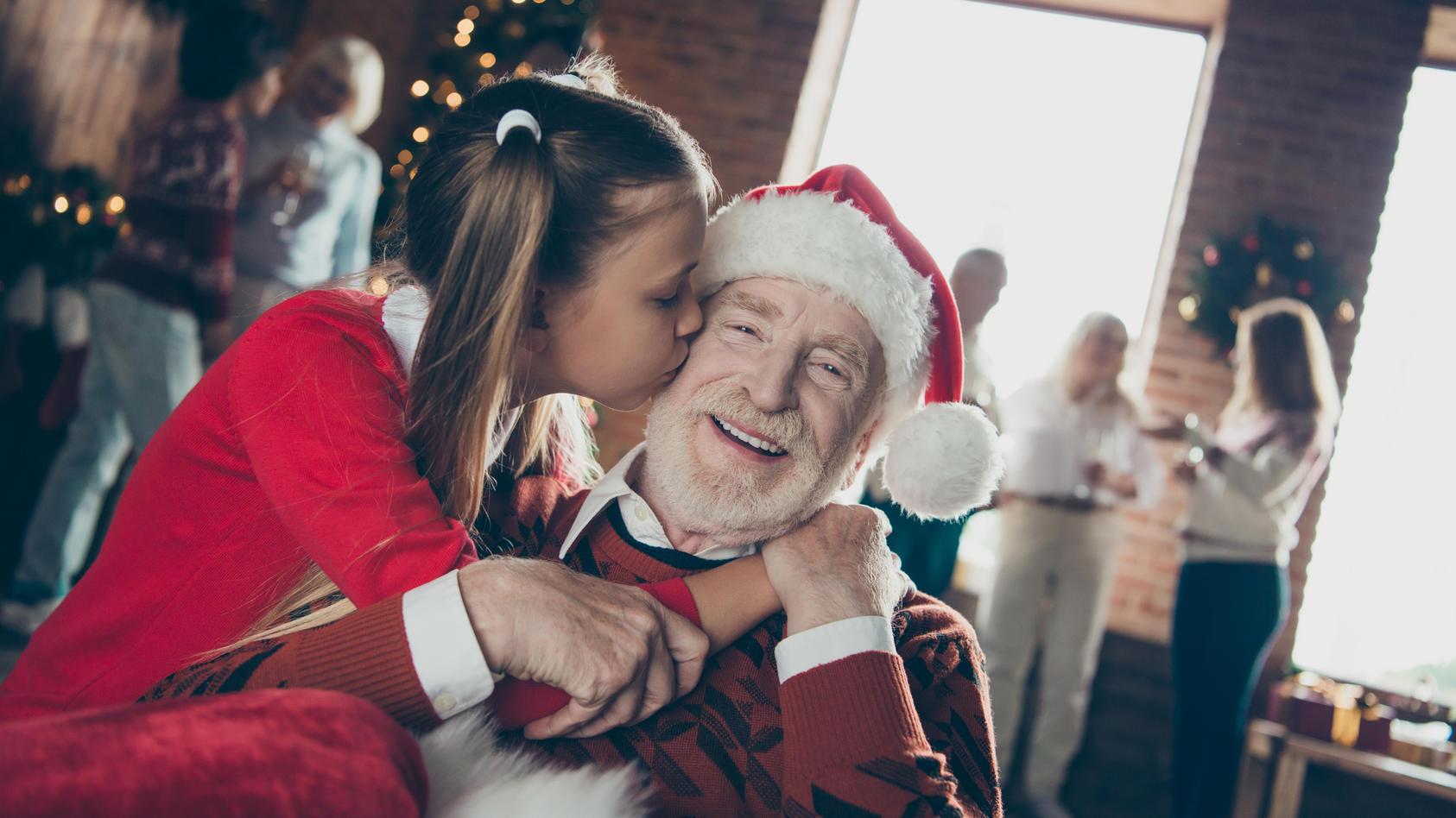 Die Liebsten an Weihnachten in die Arme schließen - dass das wegen Corona nicht klappen könnte, macht vielen Angst.