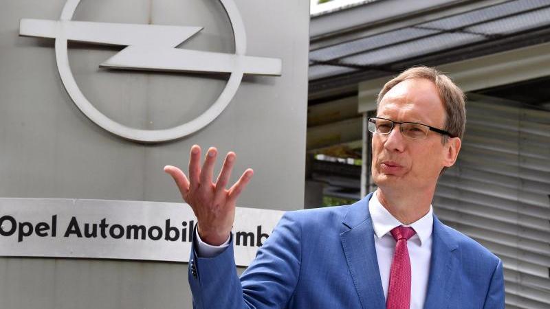 Michael Lohscheller steht vor einem Opel-Werk. Foto: Martin Schutt/dpa-Zentralbild/dpa/Archivbild